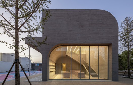 Two-story gallery with library cafe at the east side. Image © Chao Zhang