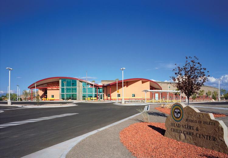 ГЛАВА ISLETA СТАРТ И ЦЕНТР ПОМОЩИ ДЕТЯМ Джанет Карпио, из Isleta Pueblo, разработала дизайн для интеграции образовательных, детских и общественных функций в рамках своей магистерской диссертации в 2000 году. В конечном итоге с помощью фирмы Cherry / See / Reames была реализована Современное школьное здание адаптирует аспекты традиционного мировоззрения Тива с символической окраской, спиральным планом, по которому учащиеся продвигаются по мере взросления, и центральным местом, напоминающим деревенскую площадь Пуэбло.  .  Изображение © Кирк Гиттингс