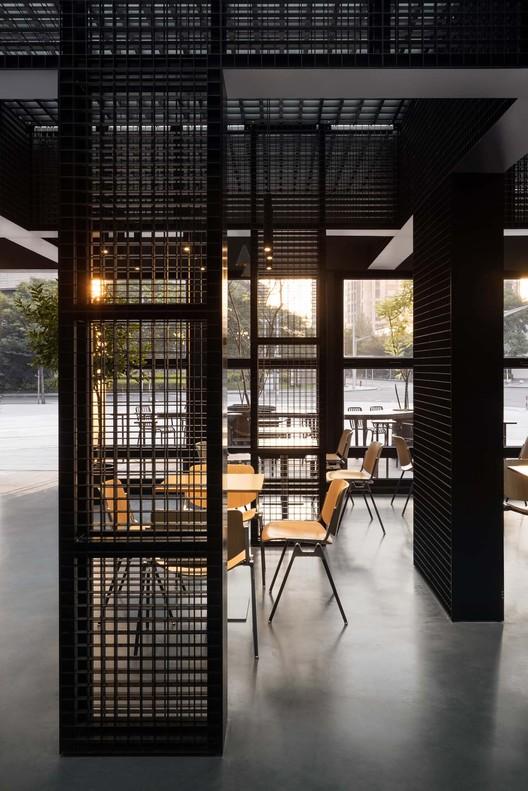 стены из металлической сетки.  Изображение © Бянь Линь