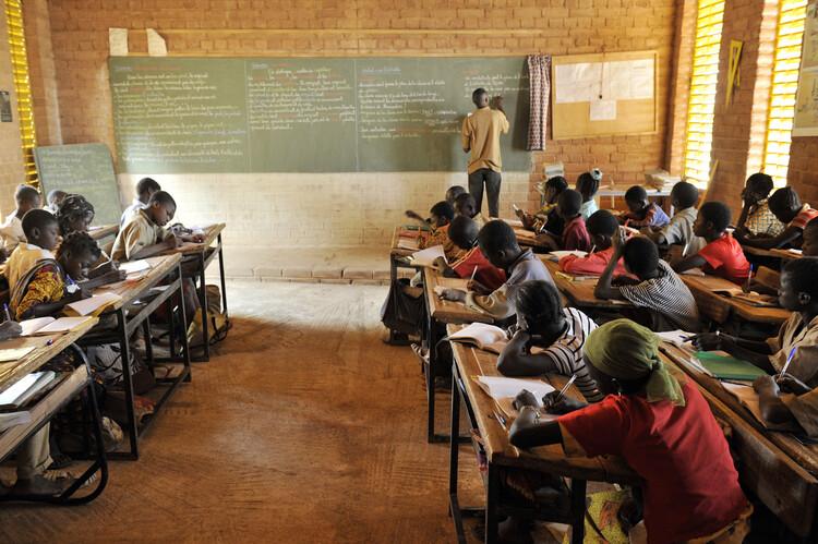 """Francis Kéré: """"No porque cuentes con pocos recursos debes aceptar la mediocridad"""", Escuela primaria en Gando. © Erik-Jan Ouwerkerk"""
