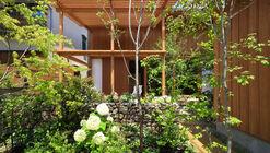 Casa com um pequeno jardim / Plan21