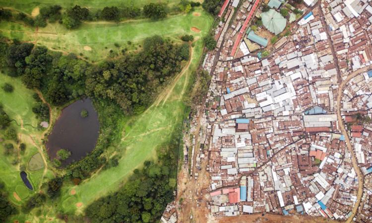 Королевское поле для гольфа, граничащее с неформальным поселением Кибера.  Изображение © Джонни Миллер