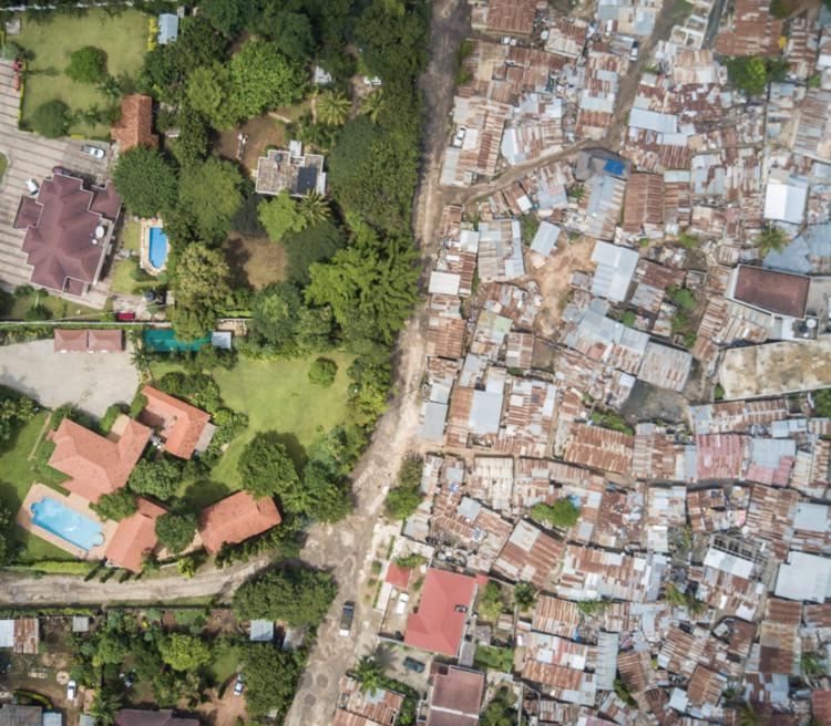 Los restos urbanos de la planificación colonial en África: Dar es Salaam y Nairobi, Msasani and Masaki - Dar es Salaam. Imagen © Johnny Miller