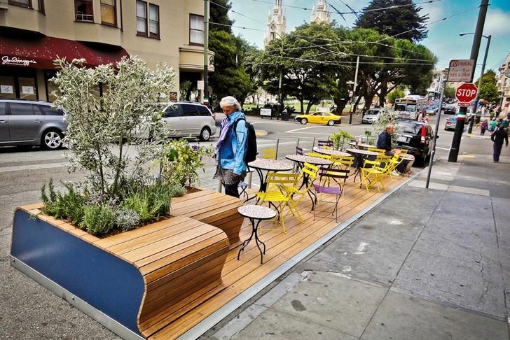 """Espacios de la era pandémica: parklets, patios y el futuro del ámbito público, La """"billetera"""" de Rebar, un prototipo de sistema parklet implementado en el distrito Mission de San Francisco en 2009. / Rebar. Imagen cortesía de The Dirt"""