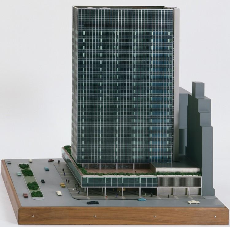 Модель Бенджамина Конрада для Lever House.  Изображение предоставлено MoMA