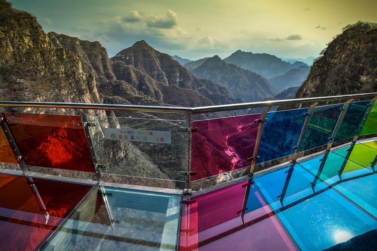 Утес из стекла радуги в Пекине, Китай.  Изображение © Пекин Гуаньхуа Восток