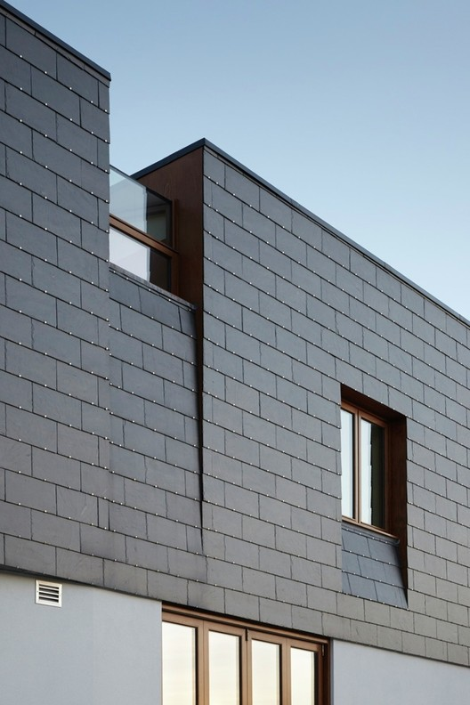 Durability and Aesthetics of Slate Façades in 5 Projects, Split House / Alma-nac. Image © Jack Hobhouse