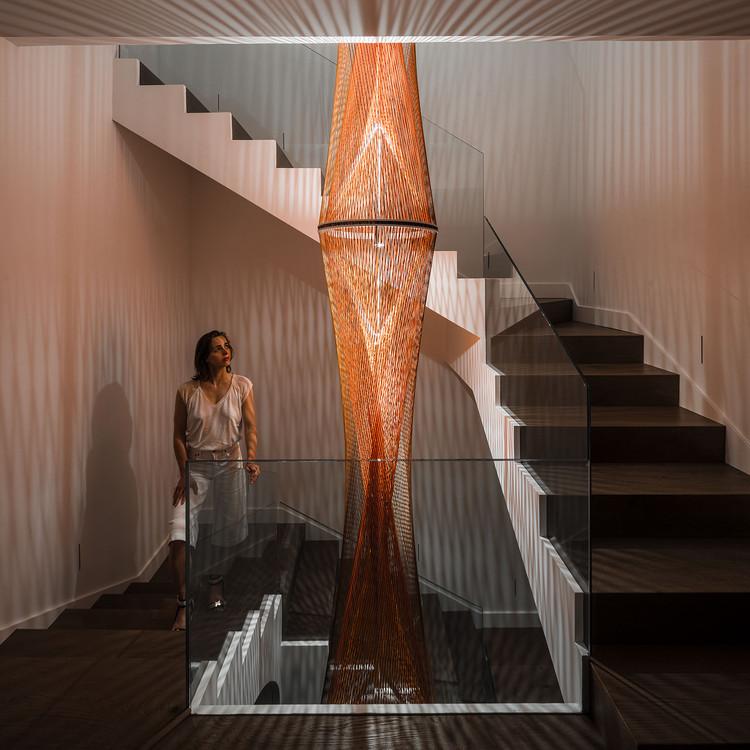Arte en la arquitectura: Flame, iluminando la escalera de una casa por Inés Esnal, © Imagen Subliminal (Miguel de Guzmán + Rocío Romero)