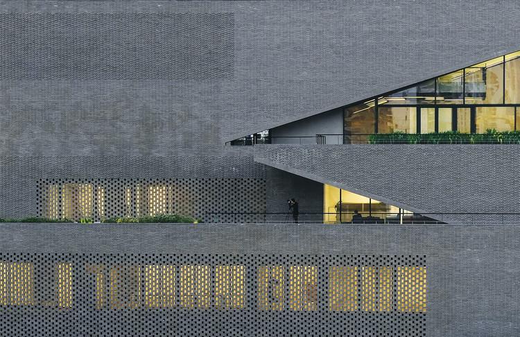 Além do vermelho: arquiteturas com tijolos cinzas e pretos, China Resources Archives Library / Studio Link-Arc. Image © Shengliang Su
