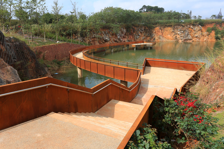 Утесный бассейн.  Изображение © Guodong Sun