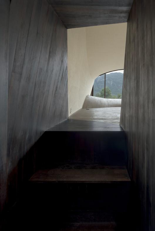 Вход.  Изображение © Боуэн Хоу