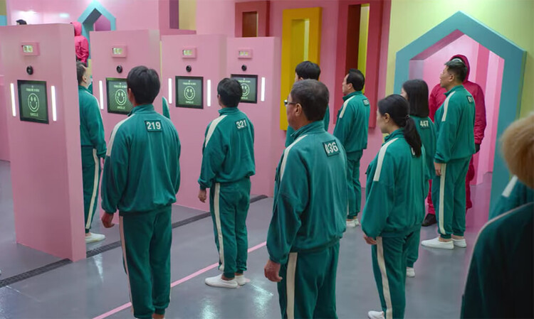 Перед началом игры участники выстраиваются в очередь за портретом.  Скриншот из сериала.  Предоставлено Netflix