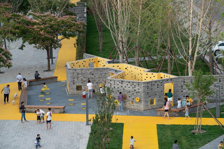 Reproduciendo ciudades no violentas: 10 ejemplos de espacios públicos amables , Micro Parque Comunidad de Songzhuang / Crossboundaries. Imagen © Yu Bai