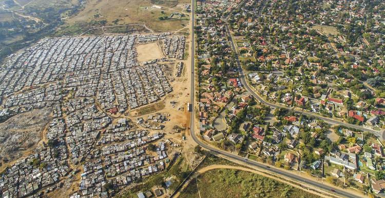 Неформальное поселение Киа Сэндс в Йоханнесбурге.  Изображение © Johnny Miller Photography