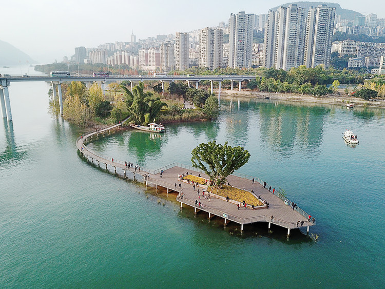 Yunyang Riverside Green Corridor / ATELIER DYJG, Water Garden & Viewing platform in the Yangtze River. Image © Guodong Sun
