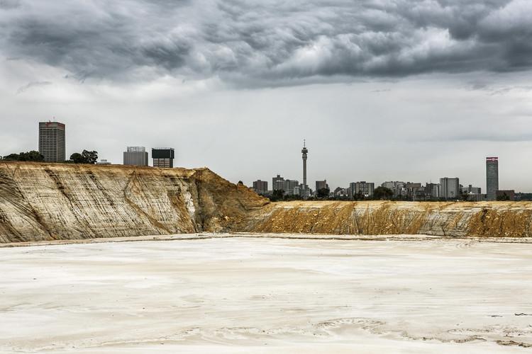 Деревня Основная шахтная свалка, Йоханнесбург.  Изображение © Марк Льюис