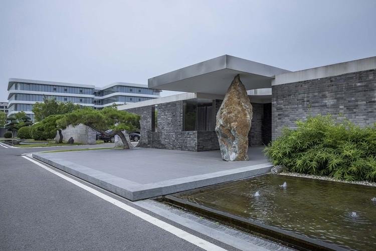 Вход.  Изображение © Weiqi Jin