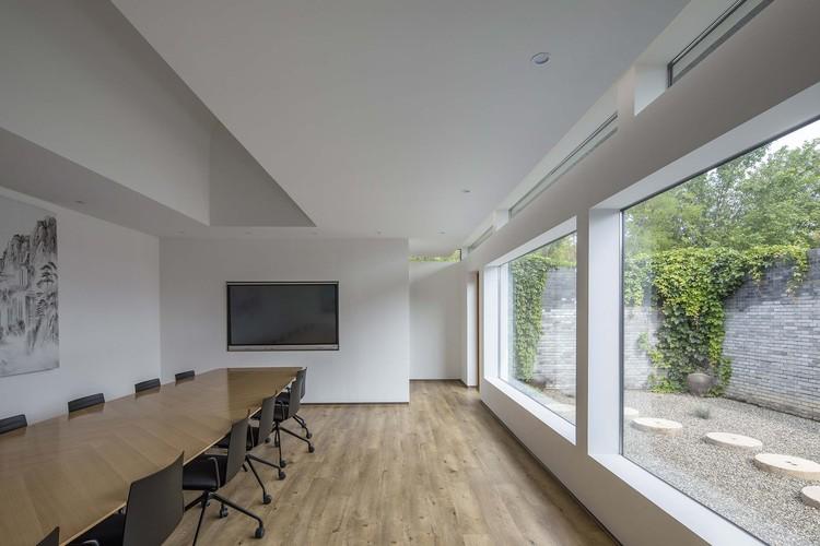 комната для переговоров.  Изображение © Weiqi Jin