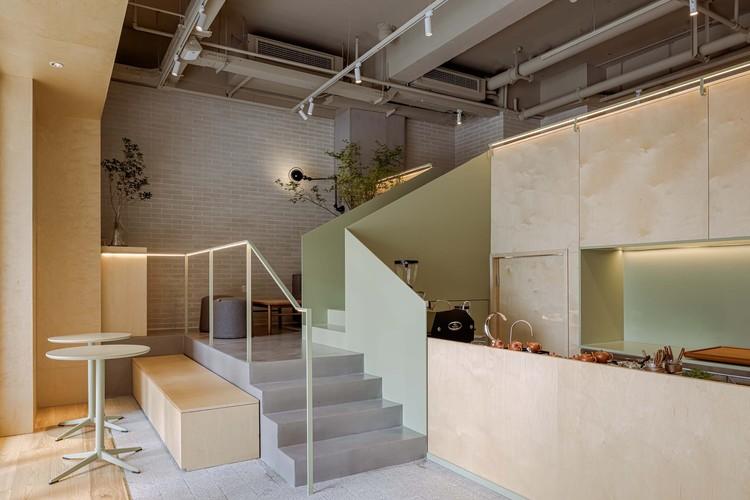 чайный бар на углу лестничного входа.  Изображение © EMMA
