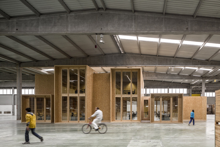 Pregunta abierta: ¿Es el turno de una arquitectura para todos los usos?, Oficinas Revigrés / Carlos Castanheira. Image © Fernando Guerra I FG+SG