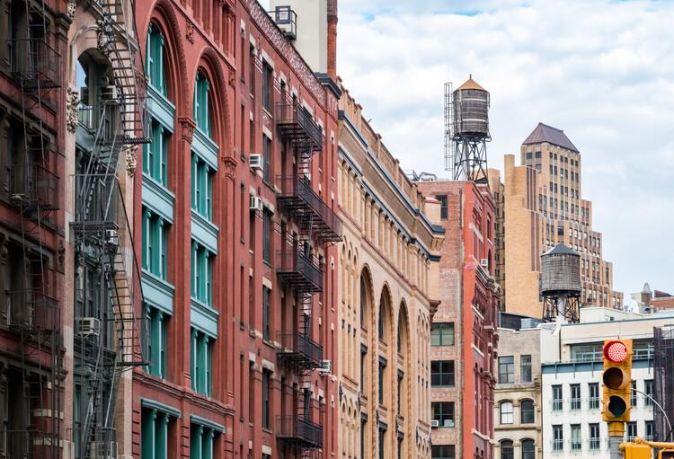 вид на старые здания на Франклин-стрит в районе Трибека на Манхэттене, Нью-Йорк, Нью-Йорк.  Изображение предоставлено Shutterstock / Райан ДеБерардинис.  Изображение