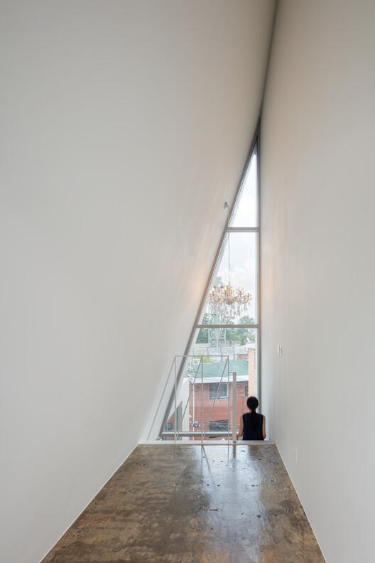 Планировалось, что потолок самого верхнего этажа будет иметь форму прямоугольного треугольника, высота которого будет равна высоте потолка. Изображение © Kyungsub Shin