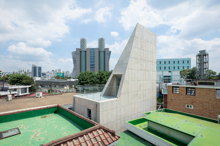 Внутренняя лестница, соединяющая 3 и 4 этажи.  Изображение © Kyungsub Shin
