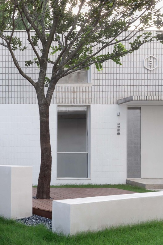 sitting area on the left side of the entrance.  Image © Xiaowen Jin