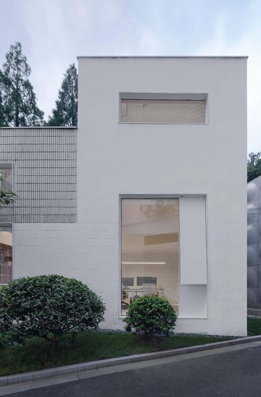 facade context.  Image © Xiaowen Jin