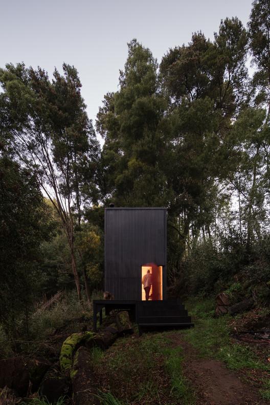 """Estudio Diagonal: """"El contraste entre lo construido y lo natural crea una nueva condición de lugar"""", Refugio 3x3. Image © Nicolás Saieh"""