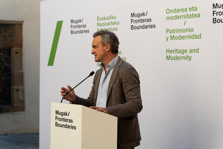 """José Ángel Medina sobre """"Patrimonio y Modernidad"""": Explorando el tema de la Bienal Internacional de Arquitectura de Euskadi, Mugak 2021, José Ángel Medina en la presentación de la tercera edición de Bienal Mugak el 8 de octubre del 2021. Image Cortesía de Bienal Mugak"""