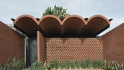 La casa intermedia / Equipo de Arquitectura